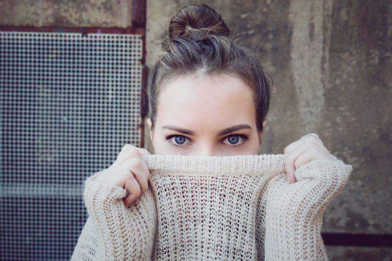 Ciepły sweter – poradnik zakupowy. Skład, modne fasony i kolory