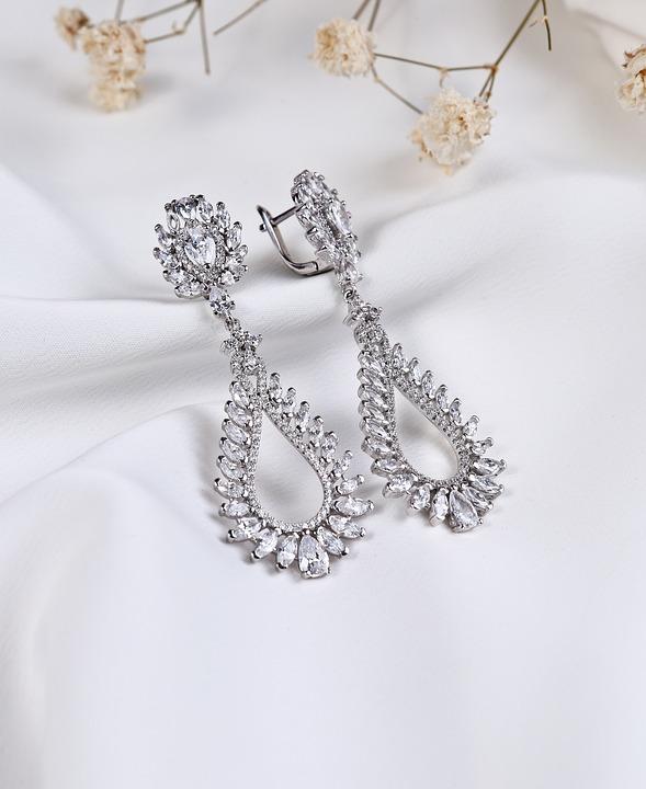 Kolczyki srebrne – jak dobrać, by wyglądały pięknie?