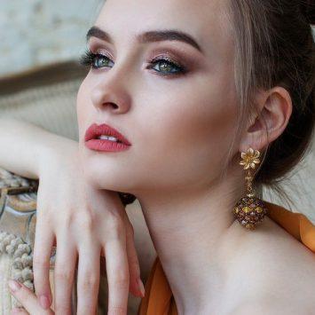 Biżuteria dla blondynek, szatynek, rudych i brunetek – jak dopasować?